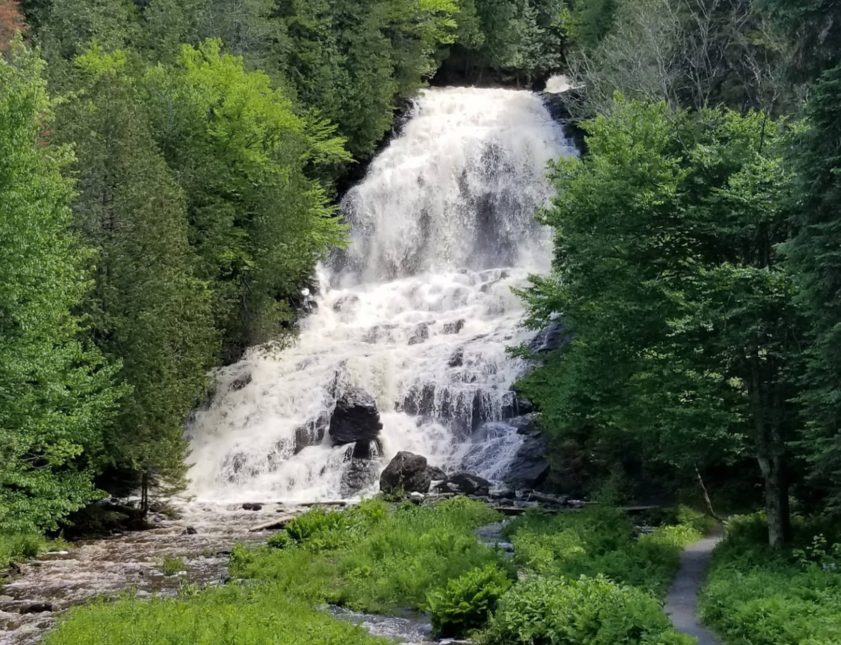 The One Waterfall In New Hampshire Where You Can Drive Right Up To The Water